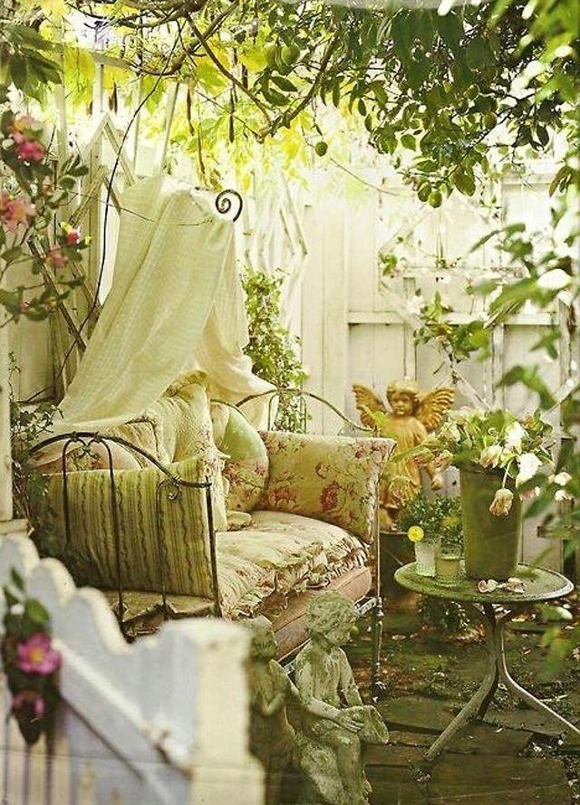 Arriver chez soi et se retrouver dans un salon de jardin comme celui-ci ! Le rêve !! Vous ne trouvez pas les beautés ? :D