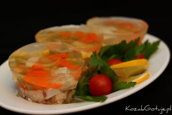 Galaretka drobiowa Składniki: 1 podwójna pierś z kurczaka 1 udko z kurczaka 2 liście laurowe 5 ziarenek ziela angielskiego 2 jajka 1,5 opakowania żelatyny 3 marchewki kawałek selera 1 korzeń pietruszki groszek zielony i kukurydza konserwowa (mały słoiczek lub puszka) kilka ziarenek ziela angielskiego i liści laurowych sól, pieprz do smaku 2 łyżki octu woda…