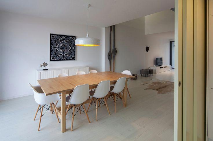 Этот дом в районе Гафанья-да-Энкарнасан (Португалия) спроектирован студией RVdM Arquitectos и построен на небольшом участке шириной менее 6 метров. Заказчик хотел, чтобы на первом этаже резиденции располагались исключительно технические помещения, а жилая часть занимала два верхних уровня. Так, д...