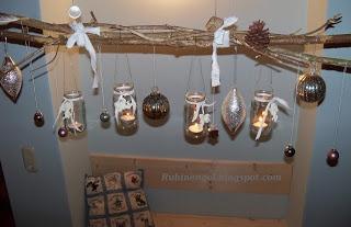 Ein Bündel Stöcker, dazu kleine Steine, Federn, Tannenzapfen und Knöpfchen. Aus alten Babybreigläsern werden hübsche Windlichter und mit ein paar Christbaumkugeln wird es Weihnachtlich bei uns!