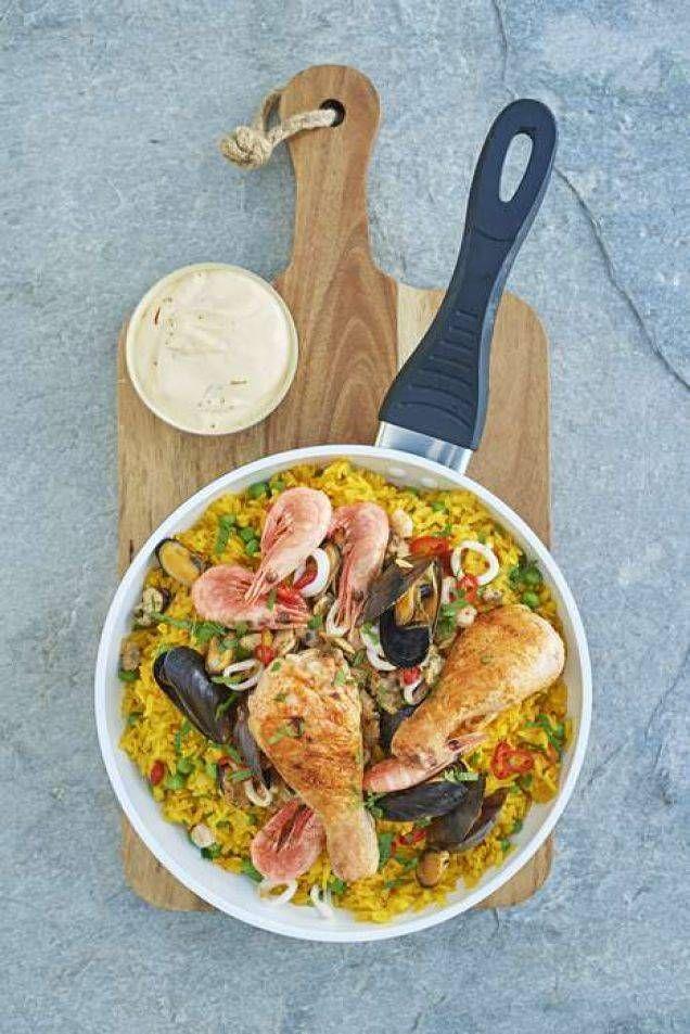 Saffransdoftande paella för tankarna till det soliga Spanien. Tänk att kyckling och skaldjur blir så gott tillsammans. Råriset kan ersättas med snabb-råris som bara tar 10 minuter att koka.