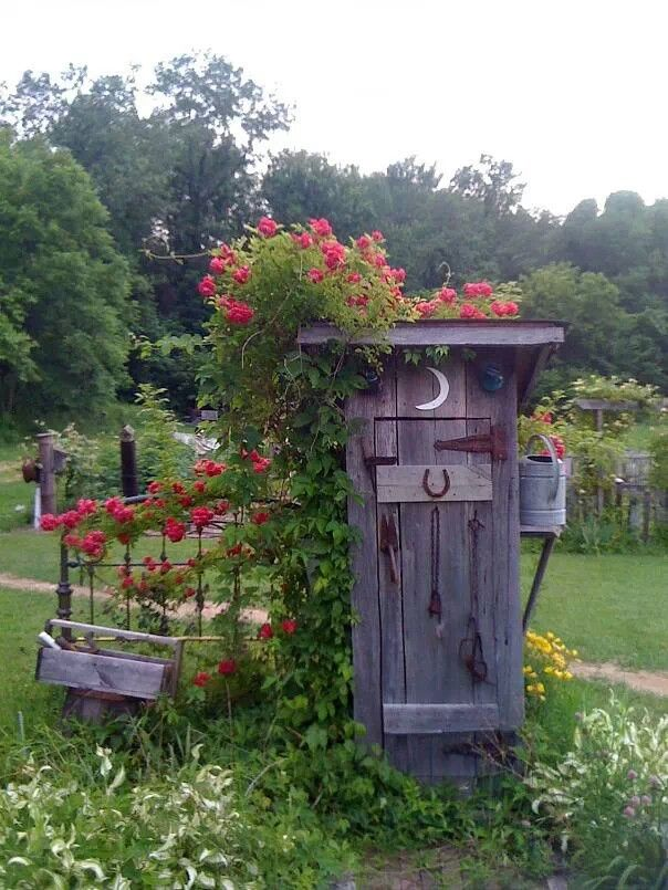 Cute little garden outhouse from Two Women & a Hoe  Facebook Page. Idée de déco pour futur cabane de jardin