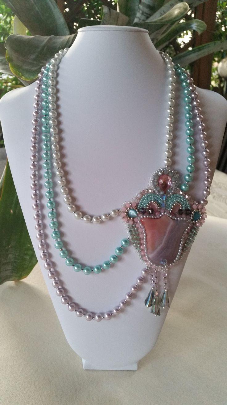 Collana con perle di vetro bianche,rosa,celeste . Decoro laterale agata rosa incastonata con tessitura di perline,swarovski,cristalli cabochon di resina : Collane di giujoux