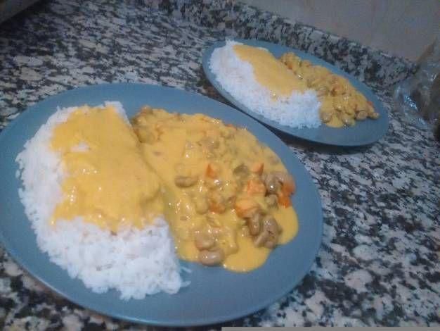Arroz con guarnición de habas y salsa al curry tika