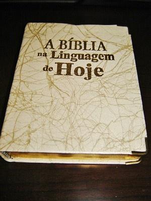 Small Portuguese Bible with maps & glossary / Biblia Sagrada: Nova Traducao na Linguagem de Hoje. Barurei / PVC cover with Golden Edges and Thumb Index