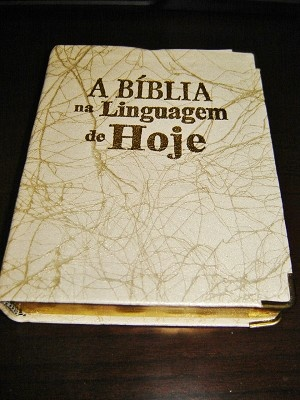 Small Portuguese Bible with maps & glossary / Biblia Sagrada: Nova Traducao na Linguagem de Hoje. Barurei / PVC cover with Golden Edges and Thumb Index