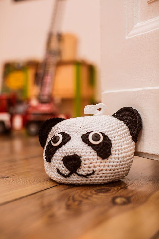 Der Panda passt auf: Kostenlose Häkelanleitung für einen Türstopper fürs Kinderzimmer - Kollektion Kids - Initiative Handarbeit