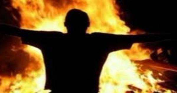 مشهد البوعزيزي يتكرر في سوريا شاب يضرم النار بنفسه أمام قصر محافظ حلب Human Silhouette Silhouette Concert