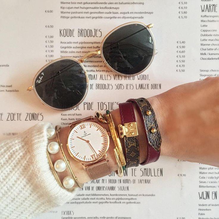 Noor de Groot     ノーア・デ・グロート     ブログ「 Queen of Jet Lags 」のノーアは、キャプテン アンド サンの時計やルイ・ヴィトンのバングルを手首にレイヤード。パールバングルと白いニットの相性も抜群だ。   写真2は、カフェで休憩中。ここでは、カフェオレ色のビジューとシャネルのキルティングバッグの色がリンク! 写真3のメッセージブレスレットは、...