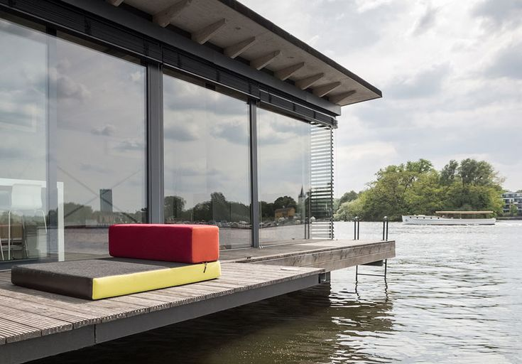 With holiday season upon us, The Modern Houseboat offers a unique opportunity to discover the adventure of life on water while unwinding and taking in the natural surroundings of the city of Berlin.