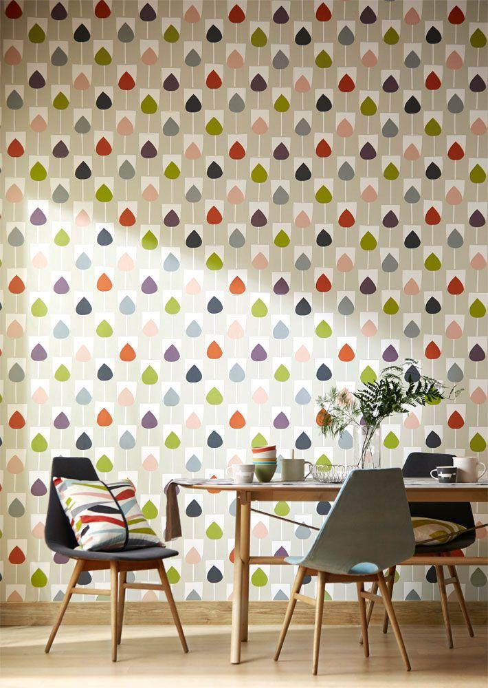 Läcker tapet med tulpanmönster som ger färg och karaktär till matplatsen från kollektionen Levande 111320. Klicka för fler läckra tapeter till ditt hem!