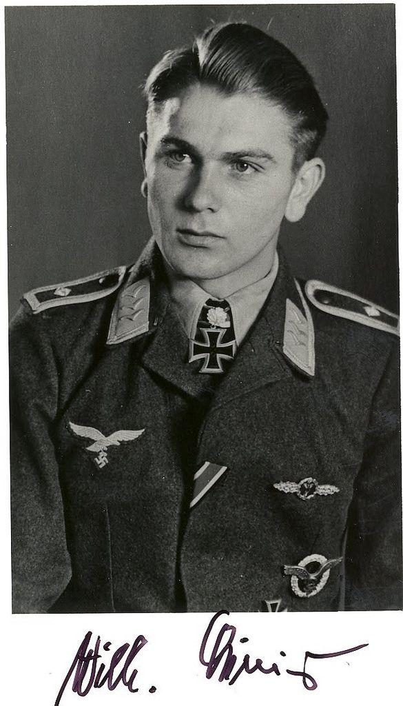 """Portrait du """"Feldwebel"""" der Luftwaffe Wilhelm Crinius lors de la remise de la Ritterkreuz des Eisernen Kreuzes ET de la Ritterkreuz des Eisernen Kreuzes mit Eichenlaub #127 Le 23 septembre 1942."""