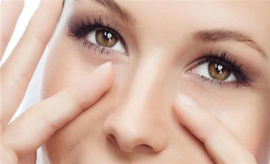 Μαύροι Κύκλοι και Σακούλες Κάτω από τα Μάτια Υπάρχουν λύσεις χωρίς χειρουργική επέμβαση; Οι μαύροι κύκλοι μπορούν εύκολα να καλυφθούν με μακιγιάζ ή διάφορες κρέμες.