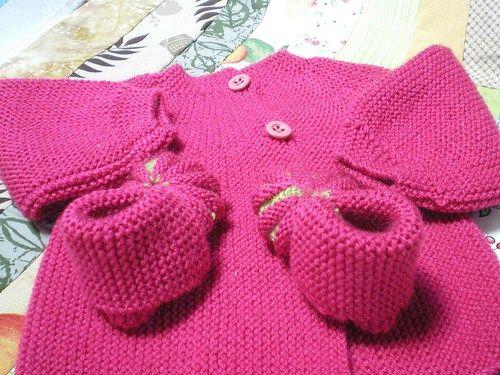 Tricot Layette – Brassière au point mousse d'une seule pièce Brassière rose point mousse Elle se tricote d'une seule pièce commencée par le demi-dos droit. Elle se ferme dans le dos pas…