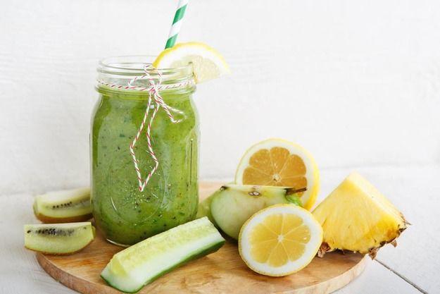 Киви + огурец + ананас + лимон  Сочетание привычных овощей и сладких фруктов - залог вкусного результата. Содержащиеся в ананасе биологически активные вещества наделяют его уникальными целебными свойствами: он стимулирует пищеварение, способствует похудению и омоложению организма.   Ананас повышает содержание в крови серотонина, притупляющего чувство голода, а также выводит лишнюю жидкость. Вкупе с лимоном, огурцом и киви вы получите настоящий витаминный заряд.