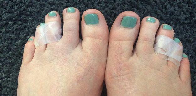 Passe uma fita adesiva entre seus 3º e 4º dedos do pé, e andar de salto ficará mais confortável. | 10 truques que todo mundo que usa roupas deveria saber
