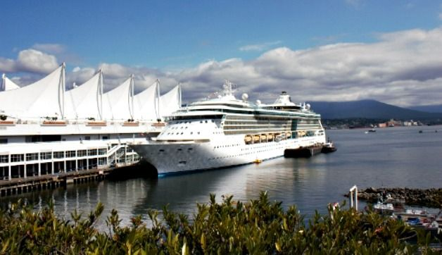Read my tips on what to pack for Alaska Cruise in August and find out how to be glamorous aboard, outdoorsy ashore, and comfortable (in just one suitcase)!