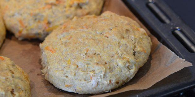 Skønne sunde grovboller bagt med herligt groft mel, masser af dejlige kerner og gulerødder.