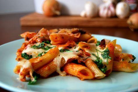 Gospodyni Miejska: Zapiekanka makaronowa z pieczarkami i szynką w sosie pomidorowym