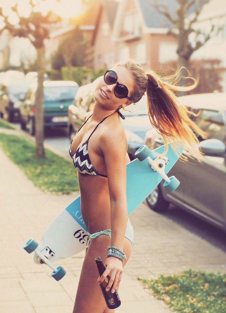 Descarga la foto gratis de chica en biquini, con gafas de sol, long board y cerveza > http://imagenesgratis.eu/imagen-gratis-de-chica-en-biquini-con-gafas-de-sol-long-board-y-cerveza/