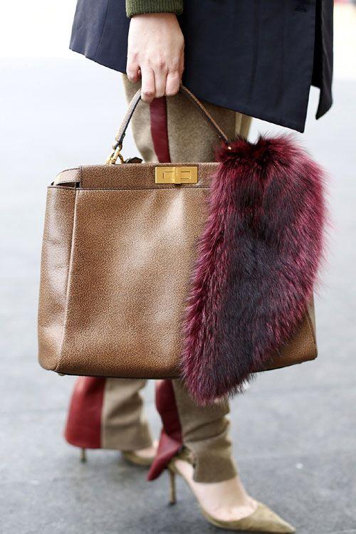 Evident, blana poate fi si un accesoriu extrem de cool pentru o geanta. - Elle.ro