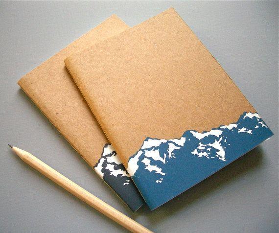 Un cahier avec votre choix de montagnes bleus et blancs ou gris et blancs imprimé sur la couverture.  4 1/4 « x 5 1/2 » (10,5 cm x 14 cm) - assez