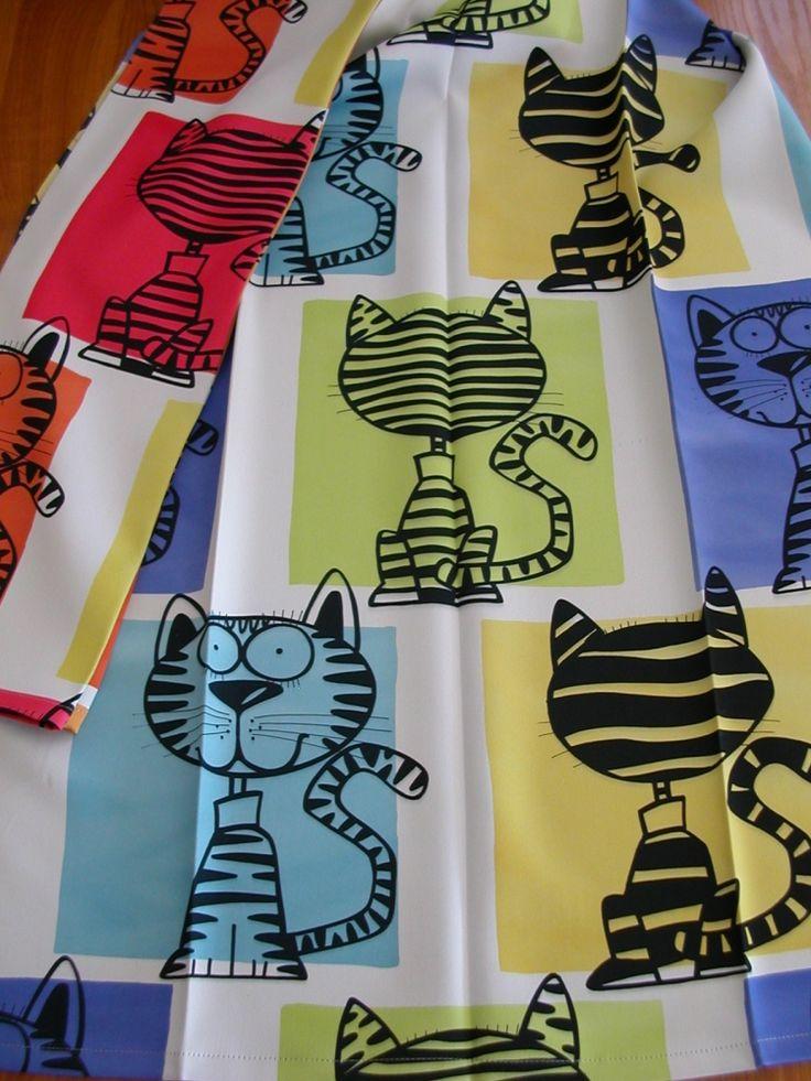 y oldalon nyomott cica mintás gyerek Black out függöny. Cicák mérete 24 cm. Színek: fehér alapon kék-sárga-zöld türkiz mintás és fehér alapon sárga-narancs-pink mintás