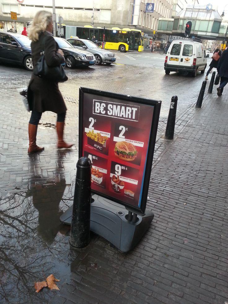 Dit bord staat voor KFC. Het laat meteen aanbiedingen zien en dit is aantrekkelijk. Als je al honger of trek had, word je door lage prijzen snel aangetrokken.