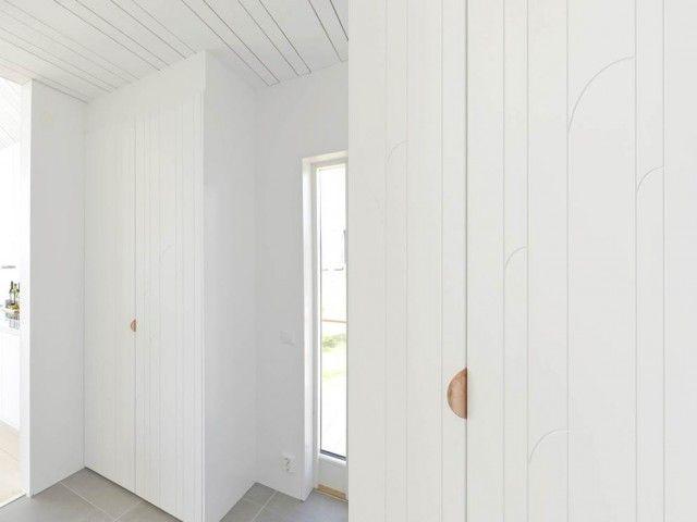 """""""Platsbygg"""" med Ikeastommar som utgångspunkt. Vi har använt en Pax garderobstomme, dörrar från Superfront och låtit snickaren bygga in skåpet med mdf upp mot taket."""