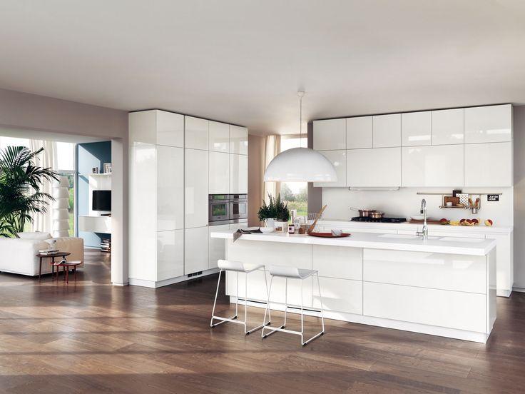 """Più luce ed eleganza con la cucina bianca! E anche meno """"errori"""" negli acccostamenti. Per esempio in quei locali con pavimenti a più colori o nelle cucine a vista su un soggiorno molto connotato dal punto di vista delle finiture."""