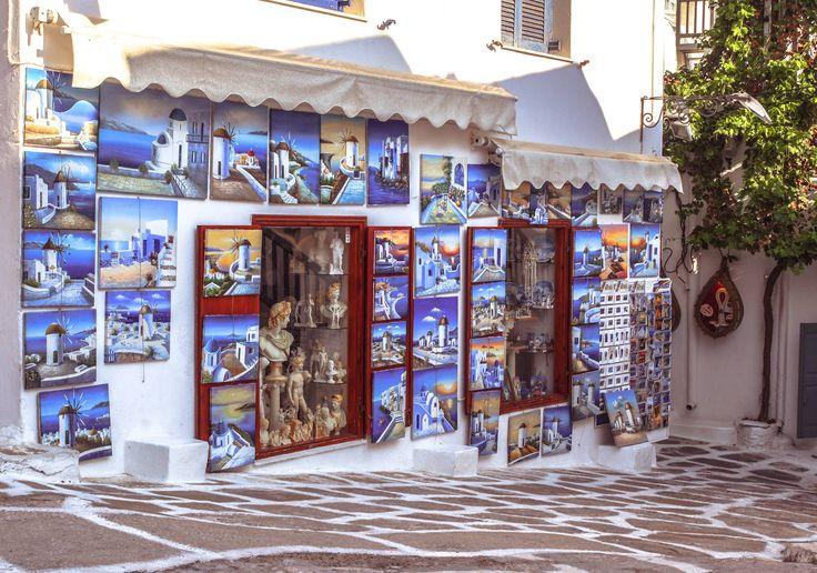 Per i collezionisti di #souvenir un giro tra i negozi di #MykonosTown è obbligatorio. Dipinti, soprammobili, cappelli, sciarpe, bijoux, vestiti e costumi cuciti a mano secondo i temi e tradizione greca. #MYKONOS_IT