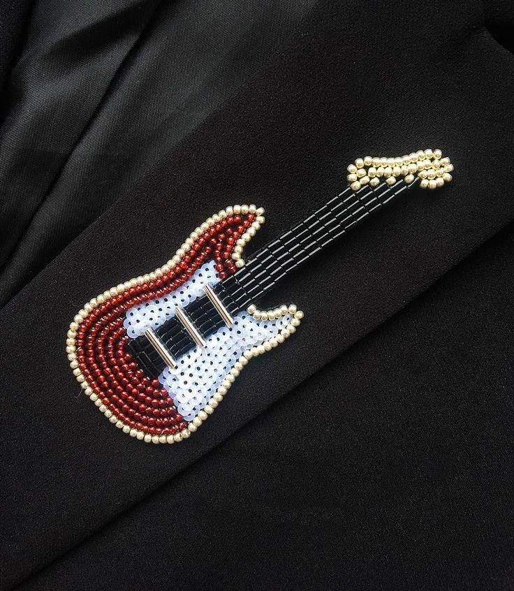 Everybody rock your bodies #ручнаяработа #брошь #брошьизбисера #гитара #аксессуары #подарок #подарокнановыйгод #подарокдевушке #handmade #accessories #guitar #brooch #beadsfifa #gift #giftideas