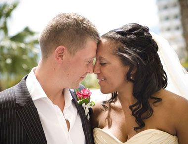 The following gifts are offered to wedding couples who are holding their wedding ceremony in the hotel .