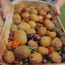 Λαμπερό και εντυπωσιακό πιάτο με ελάχιστα υλικά. Σχετικά απλό στην Παρασκευή του αλλά με εξαιρετικό συνδυασμό γήινων γεύσεων με την όξινη τσαχπινιά του φρούτου με κερκυραϊκή καταγωγή