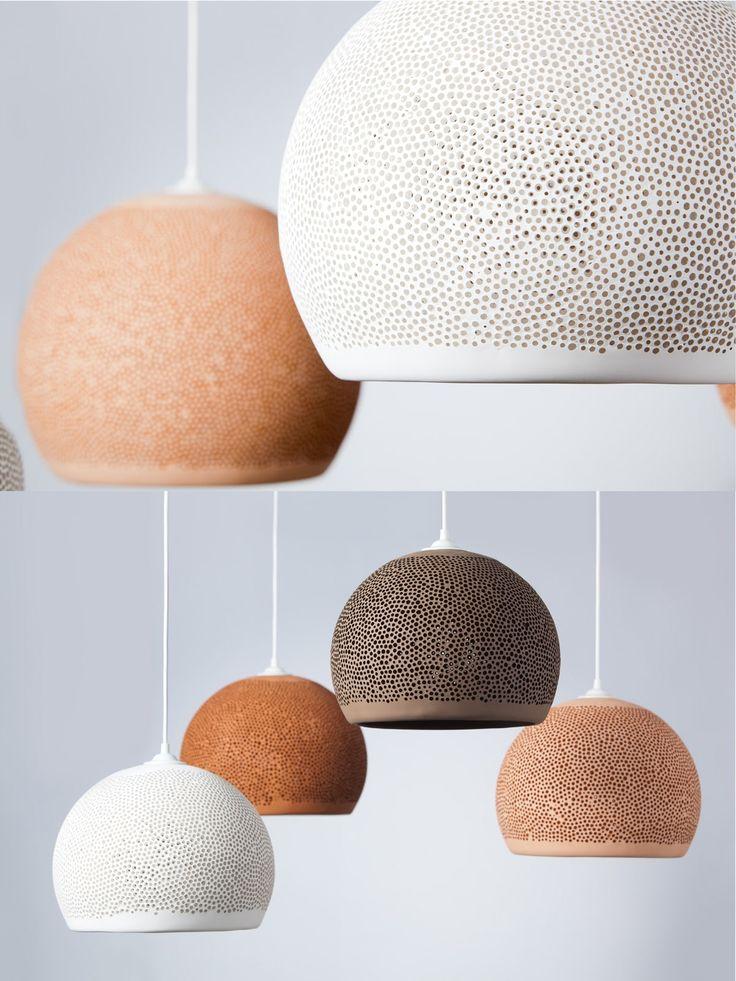 Durch unzählige kleine Poren fließt das Licht warm und sanft aus der handgetöpferten Keramikleuchte SpongeUp, die im Inneren zu glühen scheint.