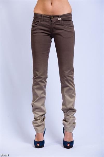 Женские коричневые джинсы фото