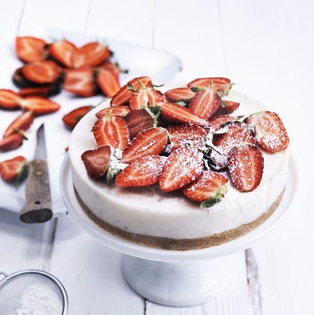 Daim-islagkage med mandelmarengsbund