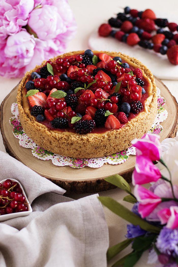 Cheesecake severlere müjde! Zahmetli yapım aşamalarından uzak, kremsi dokusu ve kırmızı meyvelerle destansı uyumuyla beni ve tadan herkesi...
