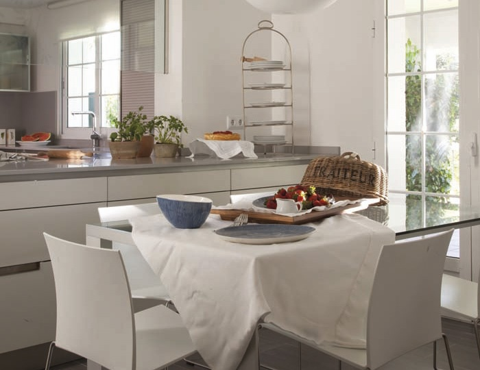 SANTOS kitchen. The cooking area is complemented with a breakfast area. A serving hatch separates the kitchen, visually and physically, from the sitting room but, at the same time, opens the kitchen to the rest of the home.