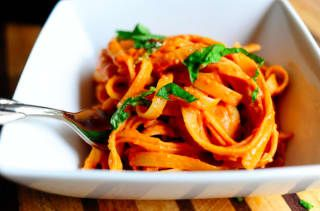 Tan solo corta la salsa de tomate con un poco de nata para que le dé ese hermoso (¡y fácil!) color anaranjado. La receta.