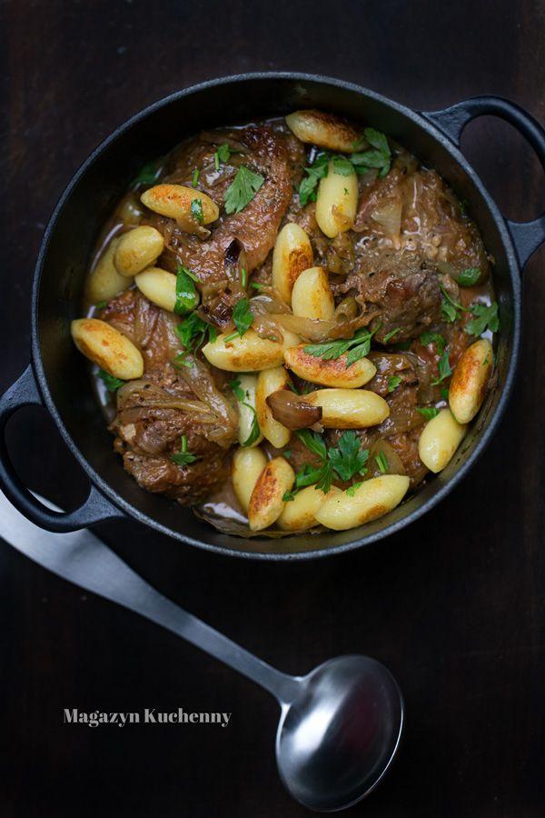 Duszona łopatka wieprzowa w sosie własnym. Przepis na duszoną łopatkę z cebulą, podawaną z kopytkami. Prosty obiad z łopatki wieprzowej.