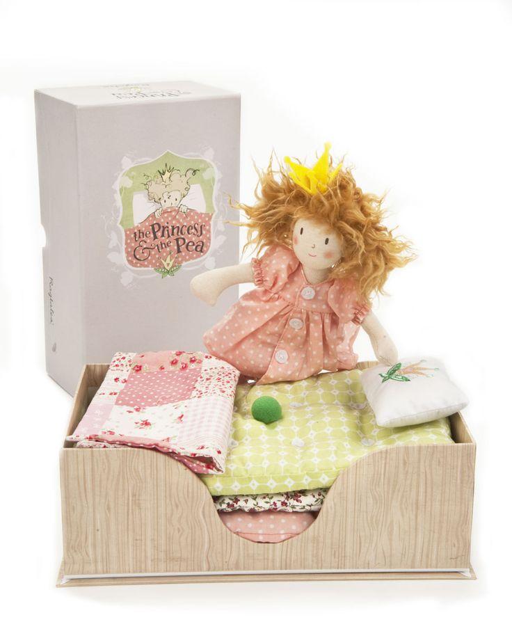 Presentata in una confezionedavvero regale, questo piccola principessa dai capelli arruffati èpronta per la notte. Eppure, sotto la sua coperta stile patchwork, in cima a una pila di quattro mate…