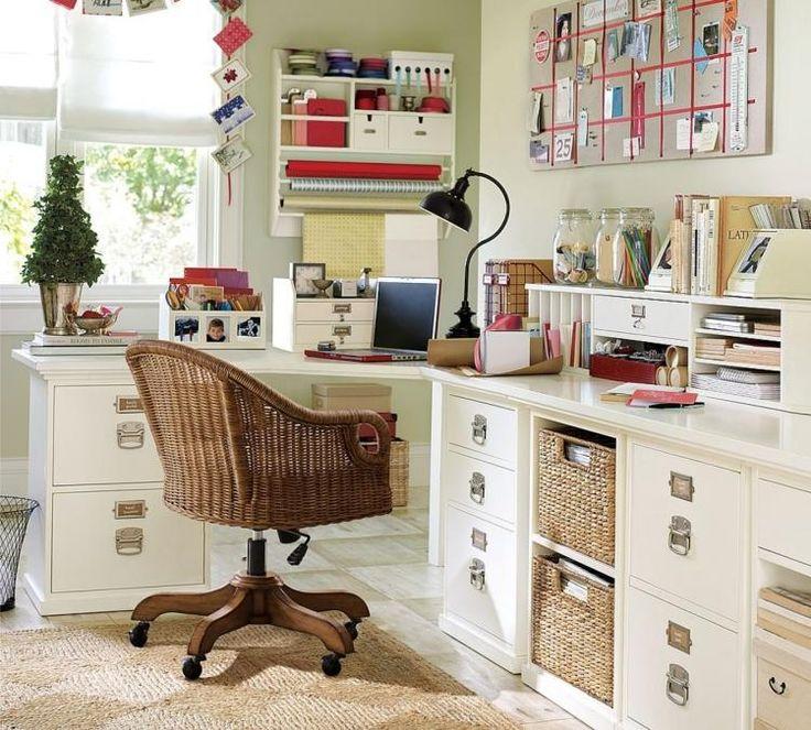 bureau blanc et fonctionnel avec paniers de stockage et tiroirs