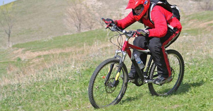 Cómo reparar la suspensión en una bicicleta. La mayoría de las mountain bikes actuales tienen alguna clase de suspensión. Suelen ser horquillas de suspensión frontal, que mantiene la rueda delantera en su lugar y absorben el impacto, o amortiguadores traseros que se mueven por debajo del conductor y están ubicados en el cuadro. Sin embargo, estas piezas de suspensión se desgastan y necesitan ...