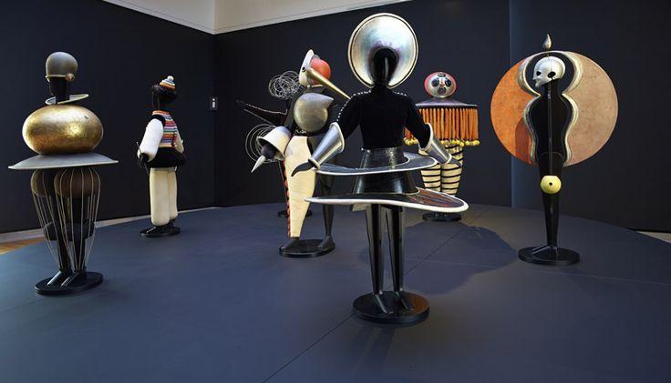 Auf den Spuren der Menschmaschine im offenen Raum Die Staatsgalerie Stuttgart zeigt die größte Retrospektive des Malers und Bauhaus-Künstlers Oskar Schlemmer seit mehr als 30 Jahren. Mit großem Ehrgeiz wird einer Existenz voller Brüche nachgespürt