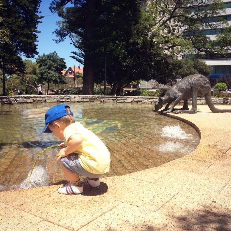 Perth with children - Salutiamo la seconda tappa di questa nostra avventura.. Una città viva, varia, che sa accogliere e stupire. Qui i playgrounds non mancano: le altalene guardano il mare, il fiume o sono nascoste nel verde di parchi immensi, ma spesso nemmeno serve cercare un parco giochi perché tra fontane, panchine e infinite distese di verde i bambini corrono, creano e scoprono giocando #Perth e i suoi tanti bellissimi volti.