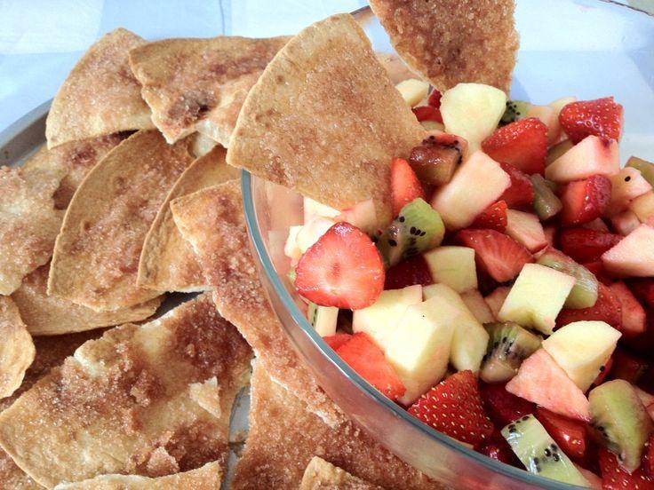 Fruitsalade met zelfgemaakte kaneelchips