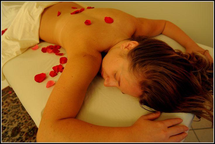 """""""Petali di rosa"""" è il massaggio delle occasioni speciali. L'Istituto di Estetica Maryam lo dedica alla sposa che si prepara al giorno più importante della sua vita. Ma potrebbe essere anche un regalo da fare ad un'amica per il suo compleanno!"""