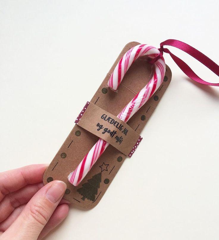 Et lidt anderledes men lækkert til-og-fra-kort.. Mmmmm.. #threescoopsdk #jul #jul2016 #tilogfrakort #tilogfra #gavemærke #christmastag #hjemmelavetkort #håndlavetkort #anjaskort #christmas #christmas2016 #christmascard #handmade #homemade #papercut #papercraft #paperart #scrapbooking #cardmaking #cardmakinghobby #hobby #diy #julestok #bolche #slik #candy #christmascandy
