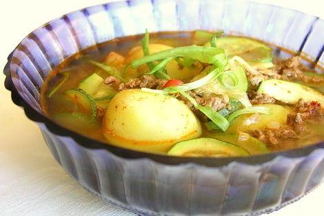 Warzywna zupa z ziemniakami i cukinią zyskuje prawdziwego charakteru po dodaniu koreańskiej papryki chilli oraz pasty gochujang. Jej orientalny smak zawdzięczamy również dodatkiem oleju sezamowego